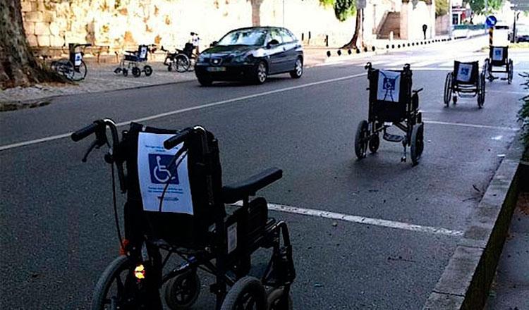 Quatro cadeiras de rodas estacionadas em uma rua