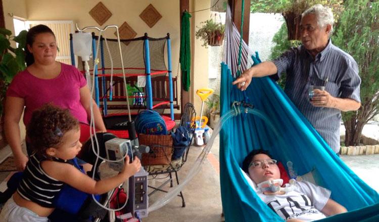 Lucas deitado na rede com os avós e a sobrinha