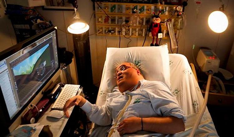 Homem em uma cama jogando vídeo game
