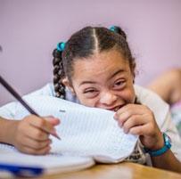 Garota na escola escrevendo em um caderno