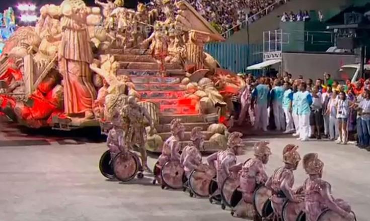 Sete cadeirantes desfilando durante o carnaval das escolas de samba do Rio de Janeiro