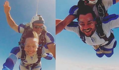 Duas fotos divididas ao meio. À esquerda, uma jovem e um rapaz pulam de paraquedas; à direita, dois rapazes fazem o mesmo