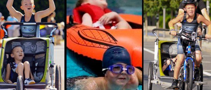 Três fotos verticais unidas de dois garotos. À esquerda, um garoto de braços elevados empurra um carrinho com o outro sentado nele; ao centro, um deles nadando e puxando uma boia com o segundo deitado nela; à direita, um dos garotos pedala uma bicicleta e puxa um carrinho com o segundo garoto sentado nele