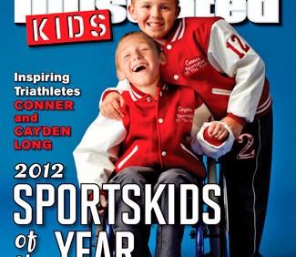 Capa de revista com duas crianças, uma na cadeira de rodas e outro em pé, atrás dele