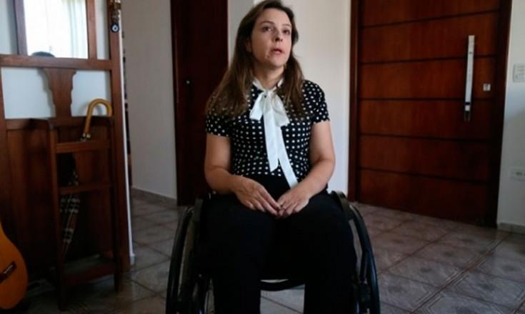 Uma mulher sentada em uma cadeira de rodas