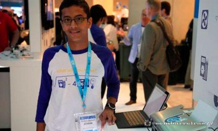 Garoto de 13 anos, criador da impressora em braile, posa em seu estande na São Paulo Expo