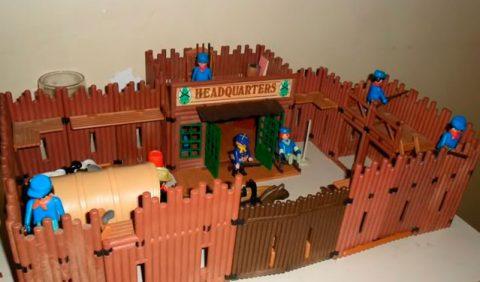 Forta de brinquedo com seis bonequinhos playmobil, uma carroça e um cavalinho