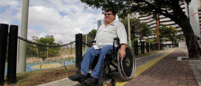 Homem em uma cadeira de rodas passeando por um parque