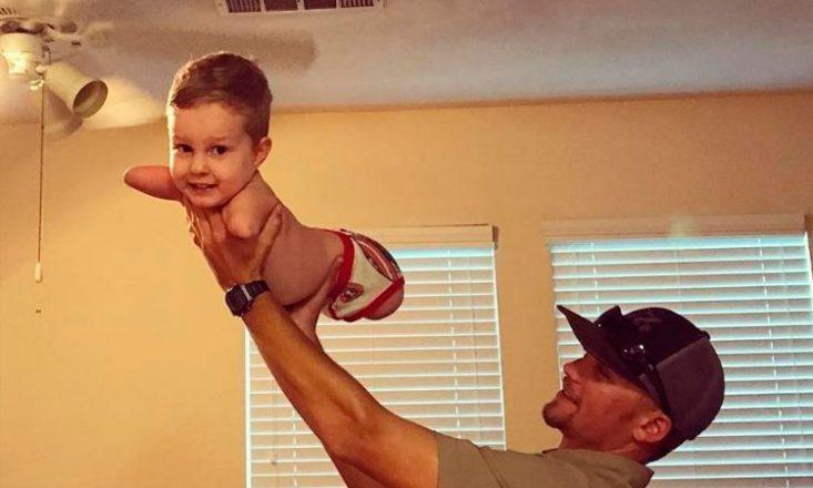 Pai, segura seu filho pequeno, fazendo-o voar. A criança não tem os braços nem as pernas