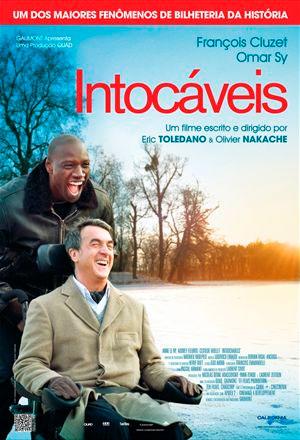 Foto vertical, que mostra o nome do filme Intocáveis, em letras vermelhas no alto, um homem em uma cadeira de rodas e um negro o empurrando. Ao fundo, a paisagem de neve e o por do sol