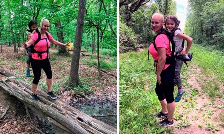 Duas fotos verticais, lado a lado, de uma mulher adulta carregando uma garotinha nas suas costas em um passeio por uma floresta e sobre troncos de árvores