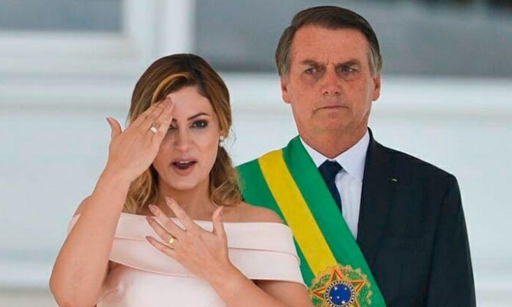 Primeira-dama Michele Bolsonaro faz discurso em Libras na posse do presidente eleito Jair Bolsonaro, atrás dela, seu marido, no parlatório do Congresso Nacional, em Brasília.