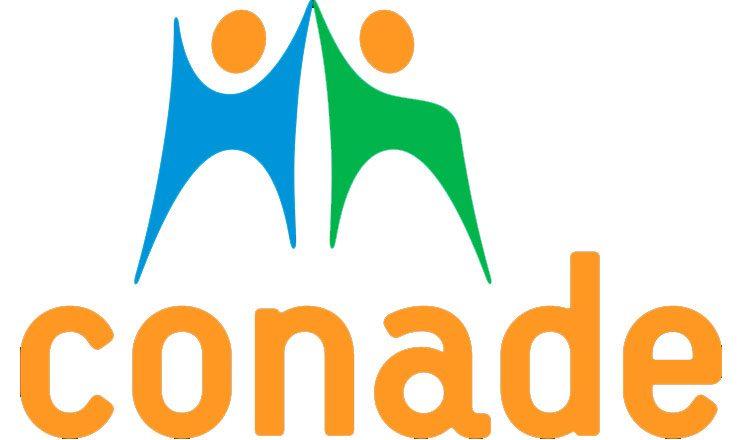 Fundo branco de uma logomarca com a palavra CONADE em laranja, na parte de baixo; em cima, desenho estilizado de duas pessoas tocando as mãos acima das cabeças. À esquerda, o desenho em azul com a cabeça laranja; à direita, desenho verde com a cabeça laranja.