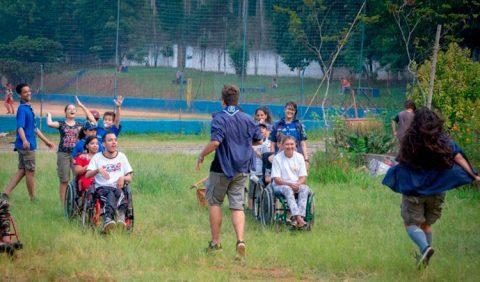 Pessoas com deficiência e jovens escoteiros do Mutirão Escotismo para Todos, Grupo Escoteiro Corrente, participam de atividade em São Paulo, em frente ao Parque da Vila Prudente.