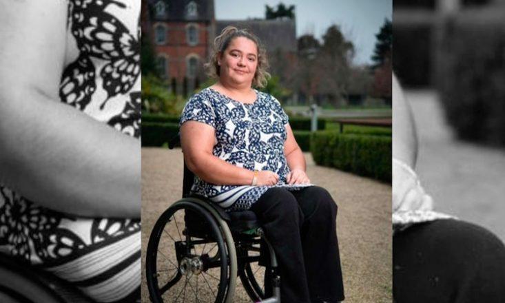 Mulher de meia idade em uma cadeira de rodas, na imagem ao centro. A foto por trás é a mesma, porém bem maior e em preto e branco.