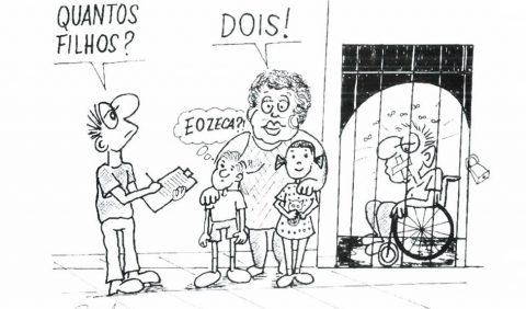 """cartum de Ricardo Ferraz em que mostra a completa segregação e exclusão das pessoas com deficiência. De um lado da imagem está um homem com deficiência física sentado em sua cadeira de rodas, com a boca amordaçada dentro de uma grade com cadeado. E do outro lado está um homem sem deficiência perguntando para uma mulher sem deficiência com os dois filhos também sem deficiência ao lado. No balão do cartum do homem sem está escrito: """"- Quantos filhos?"""" e no outro balão da mulher sem deficiência está escrito: """"-Dois!"""" e no balão do filho sem deficiência que pensa está escrito: """"- E o Zeca?""""."""