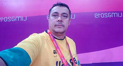Foto de um atleta paralímpico, com a camisa da delegação brasileira e uma medalha no peito.