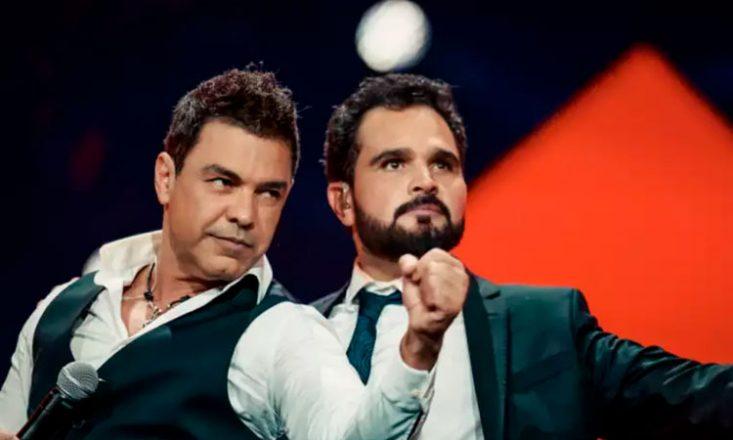 Foto da dupla sertaneja Zezé de Camargo, à esquerda, e Luciano, olhando para o lado esquerdo.