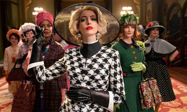 Foto de divulgação do filme Convenção das Bruxas, mostrando seis mulheres vestidas a caráter, formando um triângulo.
