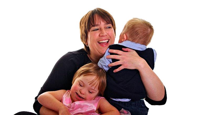 Jilly abraça seus filhos Emily e Tom
