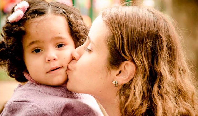 Renata beija sua filhinha Sarah no rosto