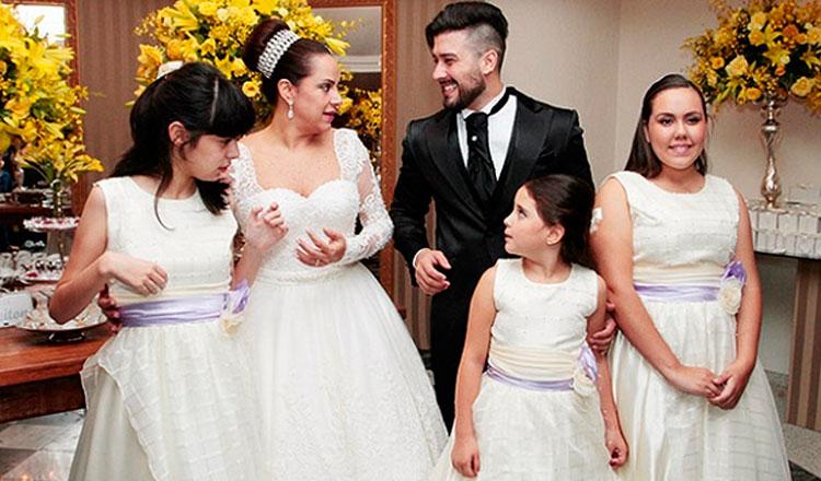 Cinco pessoas da mesma família em uma festa