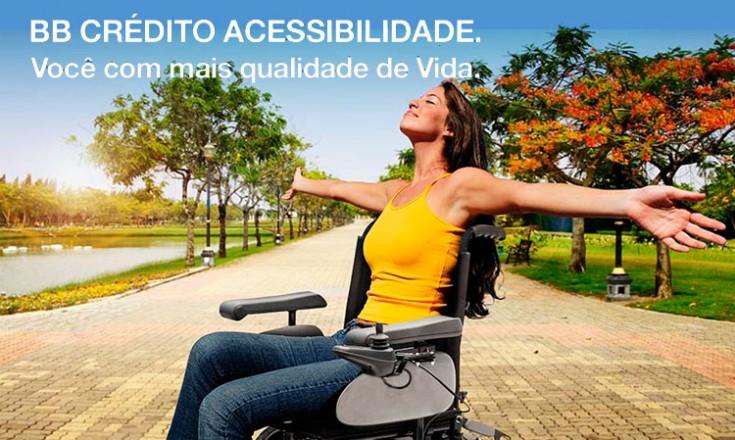 Mulher em uma cadeira de rodas no parque com um texto na parte superior: BB Crédito Acessibilidade Você com mais qualidade de vida