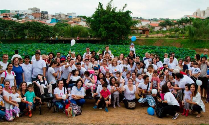 Várias crianças de várias idades acompanhadas de seus familiares em um parque