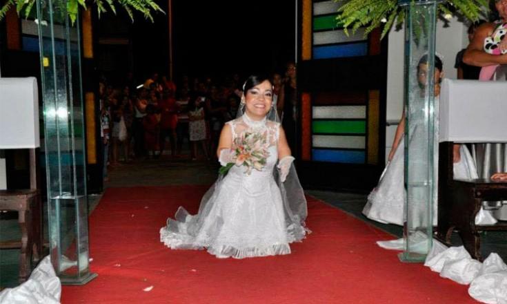 Mulher pequena deficiente vestida de noiva entrando no igreja para seu casamento