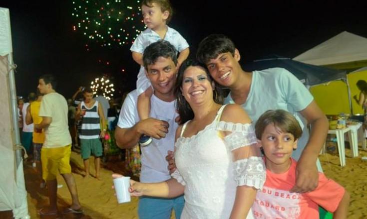 Cinco pessoas da mesma família posam sorridentes