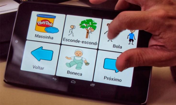 Tela de um tablet com seis figuras dispostas e uma mão do lado direito apertando em uma delas