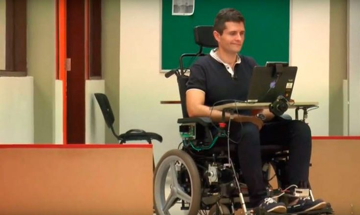 Homem em uma cadeira de rodas controlada por movimentos faciais