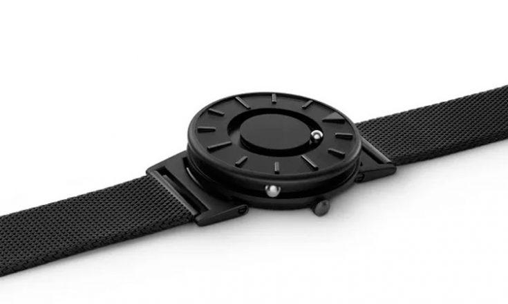 Relógio preto sobre um fundo branco