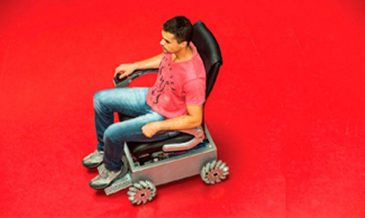 Fundo todo vermelho e um rapaz em uma cadeira de rodas bem ao centro