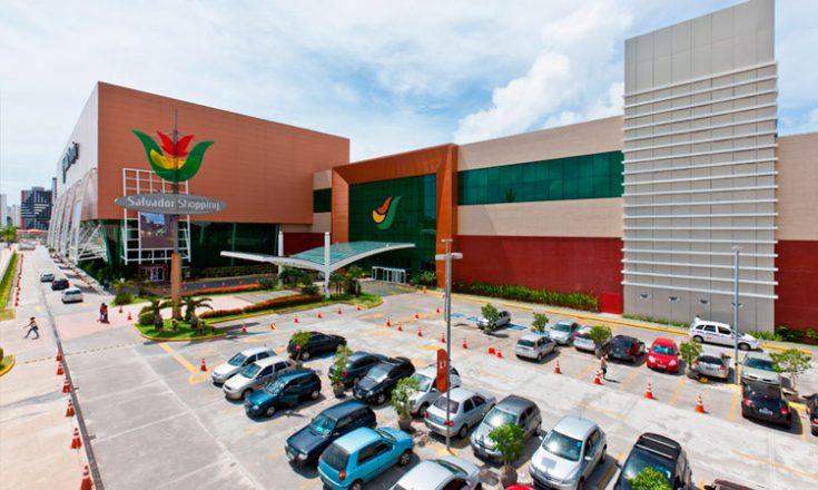 Estacionamento de um shopping center, com vários carros