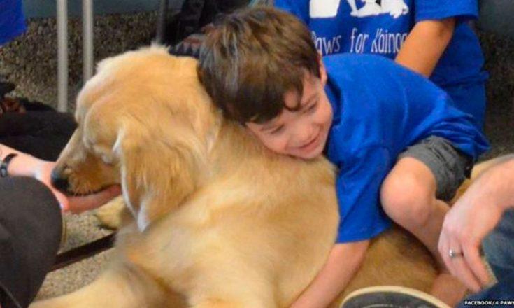 Garotinho autista abraça cachorro