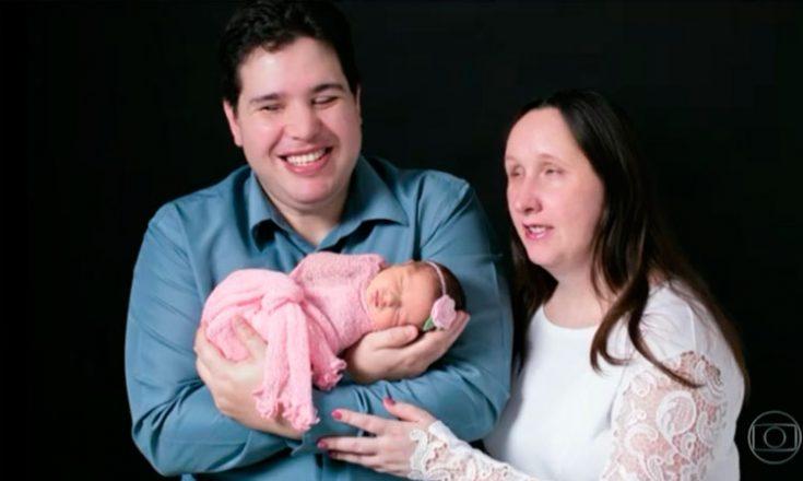 Casal de cegos segura bebê recém nascido