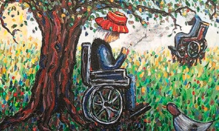 Desenho bastante colorido de uma floresta, com duas pessoas em cadeira de rodas, uma em destaque ao centro da imagem, fumando, de cabelos brancos e um chapéu vermelho, e outro no canto direito, ao fundo, aparentando estar pendurado em um galho da árvore.