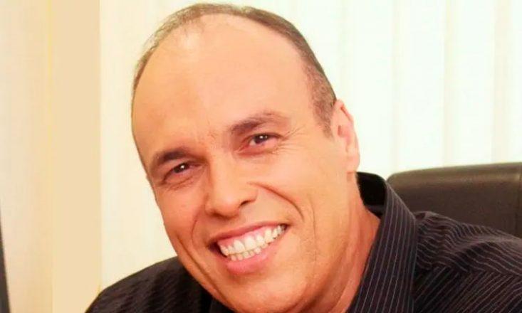 Foto de Rodrigo Rosso, homem branco, calvo, de cabelos castanhos. Está sorrindo e olhando para a câmera. Veste camisa preta.